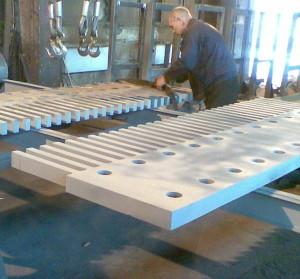 Контрольная сборка на заводе гребенчатого деформационного шва для Ладожского моста через р Неву