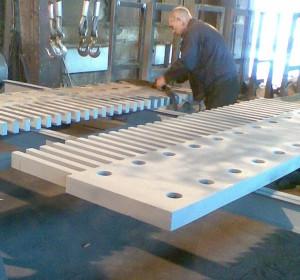 Контрольная сборка на заводе гребенчатого деформационного шва